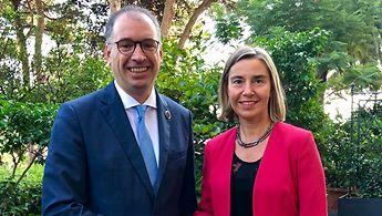 Staatsminister Niels Annen schüttelt die Hand der Hohen Beauftragten der EU für Außen- und Sicherheitspolitik.