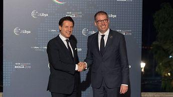 Staatsminister Annen schüttelt die Hand des italienischen Ministerpräsidenten Conte.