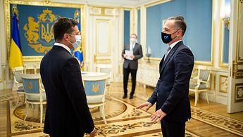 Zwei Männer stehen sich in einem Raum gegenüber