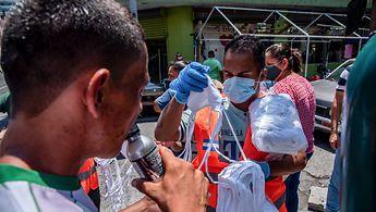 Freiwillige in Honduras verteilen Masken zum Schutz vor dem Corona-Virus